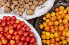Ντομάτες και potatos στην αγορά Στοκ Φωτογραφίες