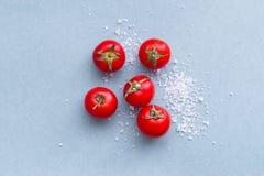 Ντομάτες κερασιών και άλας θάλασσας Στοκ φωτογραφία με δικαίωμα ελεύθερης χρήσης