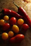 Ντομάτες κερασιών και πιπέρι τσίλι Στοκ εικόνα με δικαίωμα ελεύθερης χρήσης