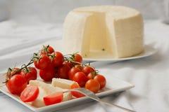 Ντομάτες κερασιών και φρέσκο σισιλιάνο τυρί Στοκ Φωτογραφία