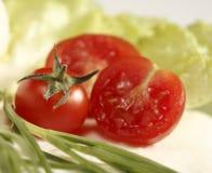 Ντομάτες κερασιών με τη σαλάτα στοκ εικόνες