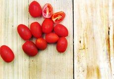 Ντομάτες κερασιών σε έναν ξύλινο πίνακα Στοκ Φωτογραφίες