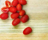 Ντομάτες κερασιών σε έναν ξύλινο πίνακα Στοκ εικόνες με δικαίωμα ελεύθερης χρήσης