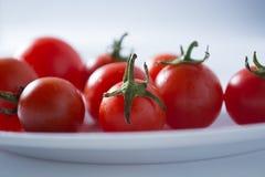 Ντομάτες κερασιών στο άσπρο πιάτο στοκ φωτογραφία με δικαίωμα ελεύθερης χρήσης