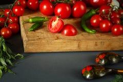 Ντομάτες με τα πράσινα pappers και τα χορτάρια στοκ φωτογραφίες