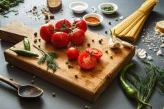 Ντομάτες με τα πράσινα pappers και τα χορτάρια στοκ εικόνες