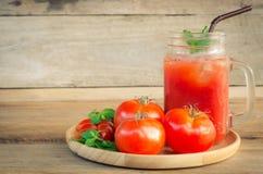 Ντομάτες νερού, κόκκινες ντομάτες στο ξύλο Στοκ εικόνα με δικαίωμα ελεύθερης χρήσης