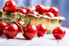 Ντομάτες Ντομάτες κερασιών Ντομάτες κοκτέιλ Φρέσκια καράφα ντοματών σταφυλιών με το ελαιόλαδο Στοκ Εικόνα