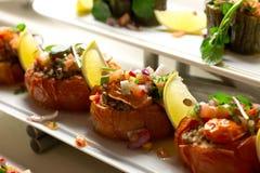 Ντομάτες που γεμίζονται με το ρύζι με το κρέας και που διακοσμούνται με το φρέσκο VE Στοκ εικόνες με δικαίωμα ελεύθερης χρήσης