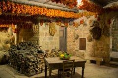 Ντομάτες που κρεμιούνται για να ξεράνουν σε μια χαρακτηριστική αγροικία Apulian Στοκ Φωτογραφίες
