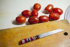 Ντομάτες που μολύνονται με το phytophthora κοντά σε έναν ξύλινο πίνακα Στοκ φωτογραφίες με δικαίωμα ελεύθερης χρήσης