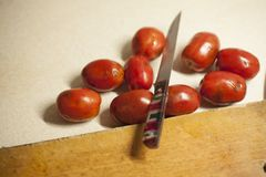 Ντομάτες που μολύνονται με το phytophthora κοντά σε έναν ξύλινο πίνακα στοκ εικόνες με δικαίωμα ελεύθερης χρήσης