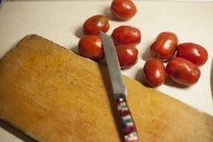 Ντομάτες που μολύνονται με το phytophthora κοντά σε έναν ξύλινο πίνακα στοκ φωτογραφία με δικαίωμα ελεύθερης χρήσης