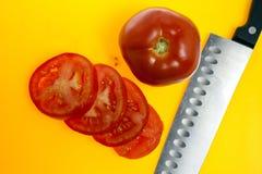 Ντομάτες που τεμαχίζονται και σύνολο Στοκ Εικόνες