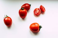Ντομάτες σε ένα άσπρο υπόβαθρο στοκ εικόνες