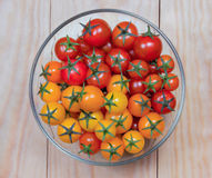 Ντομάτες σε ένα κύπελλο σαλάτας γυαλιού Στοκ Εικόνα