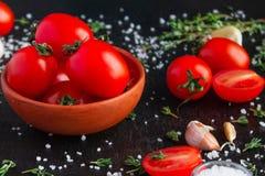 Ντομάτες σε ένα πιάτο σε ένα μαύρο υπόβαθρο στοκ εικόνα με δικαίωμα ελεύθερης χρήσης