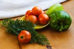 Ντομάτες σε ένα πιάτο με τα πιπέρια Στοκ φωτογραφία με δικαίωμα ελεύθερης χρήσης