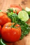 Ντομάτες σε μια αγροτική ξύλινη σανίδα στοκ φωτογραφίες