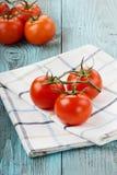 Ντομάτες σε μια πετσέτα λινού Στοκ φωτογραφία με δικαίωμα ελεύθερης χρήσης