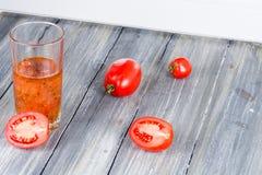 Ντομάτες σε ξύλινο Στοκ Φωτογραφία