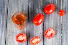 Ντομάτες σε ξύλινο Στοκ Εικόνες