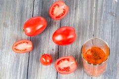 Ντομάτες σε ξύλινο Στοκ Φωτογραφίες
