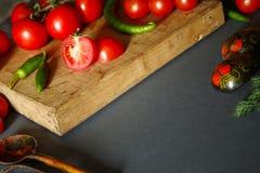 Ντομάτες σε ξύλινο με τα πράσινα pappers στοκ φωτογραφία με δικαίωμα ελεύθερης χρήσης