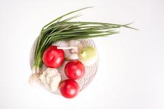 Ντομάτες, σκόρδο, κρεμμύδι και φρέσκο κρεμμύδι στο πιάτο που απομονώνεται Στοκ φωτογραφίες με δικαίωμα ελεύθερης χρήσης