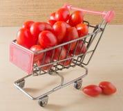 Ντομάτες σταφυλιών σε ένα μίνι κάρρο αγορών Στοκ φωτογραφία με δικαίωμα ελεύθερης χρήσης