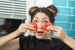Ντομάτες στα μάγουλα στοκ εικόνα