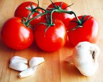 Ντομάτες στην άμπελο με το σκόρδο Στοκ εικόνα με δικαίωμα ελεύθερης χρήσης