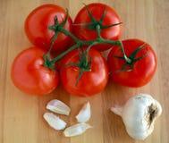 Ντομάτες στην άμπελο με το σκόρδο Στοκ Εικόνα
