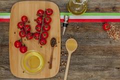 Ντομάτες στον πίνακα κουζινών Στοκ Εικόνες