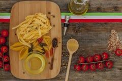 Ντομάτες στον πίνακα κουζινών Στοκ Φωτογραφίες