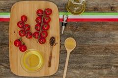 Ντομάτες στον πίνακα κουζινών Στοκ φωτογραφία με δικαίωμα ελεύθερης χρήσης