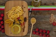 Ντομάτες στον πίνακα κουζινών Στοκ Φωτογραφία