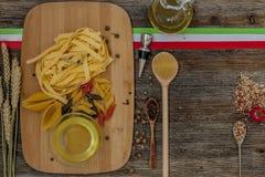 Ντομάτες στον πίνακα κουζινών Στοκ εικόνες με δικαίωμα ελεύθερης χρήσης