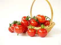 Ντομάτες στο καλάθι που απομονώνεται στο άσπρο υπόβαθρο Στοκ Εικόνες