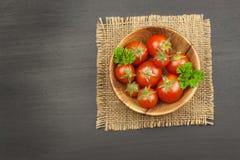 Ντομάτες όπως τα τρόφιμα διατροφής Προετοιμασία των υγιών γευμάτων επιτραπέζια λαχανικά φρέσκιας αγοράς αγροτών ξύλινα Στοκ Εικόνες