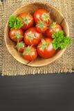 Ντομάτες όπως τα τρόφιμα διατροφής Προετοιμασία των υγιών γευμάτων επιτραπέζια λαχανικά φρέσκιας αγοράς αγροτών ξύλινα Στοκ φωτογραφία με δικαίωμα ελεύθερης χρήσης
