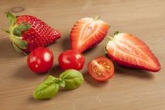 Ντομάτες, strawberrys και βασιλικός κερασιών Στοκ φωτογραφίες με δικαίωμα ελεύθερης χρήσης