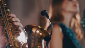 Ντουέτο της Jazz που αποδίδει στη σκηνή Αοιδός στο μικρόφωνο στούντιο saxophonist απόθεμα βίντεο