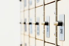 Ντουλάπια με τις ηλεκτρονικές κλειδαριές και ανιχνευτές δακτυλικών αποτυπωμάτων στη σύγχρονη φωτεινή γυμναστική στοκ εικόνες