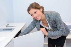 Ντουλάπι ανοίγματος προσωπικό γραφείου Στοκ Εικόνες