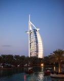 Ντουμπάι, Ε.Α.Ε. Al Άραβας Burj στο βράδυ Στοκ Εικόνα