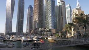Ντουμπάι, Ε.Α.Ε. - 18 Ιανουαρίου 2018: γιοτ πολυτέλειας και βάρκα θάλασσας στο χώρο στάθμευσης στη μαρίνα του Ντουμπάι στη σύγχρο απόθεμα βίντεο