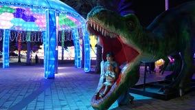 Ντουμπάι, Ηνωμένα Αραβικά Εμιράτα, Ε.Α.Ε. - 20 Νοεμβρίου 2017: Πάρκο δεινοσαύρων στο πάρκο πυράκτωσης κήπων του Ντουμπάι, που φωτ απόθεμα βίντεο