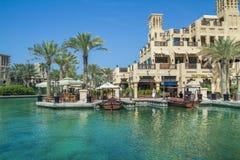 Ντουμπάι, Ηνωμένα Αραβικά Εμιράτα, 15 11 2015 ηλιόλουστη ημέρα στην αστική πόλη, Στοκ εικόνα με δικαίωμα ελεύθερης χρήσης