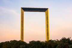 Ντουμπάι, Ηνωμένα Αραβικά Εμιράτα, στις 11 Φεβρουαρίου 2018: Κτήριο πλαισίων του Ντουμπάι με τους φοίνικες στο ηλιοβασίλεμα Το πλ Στοκ φωτογραφίες με δικαίωμα ελεύθερης χρήσης
